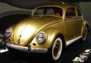 Золотой Volkswagen Beetle