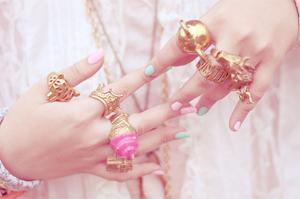 Украшения розового цвета