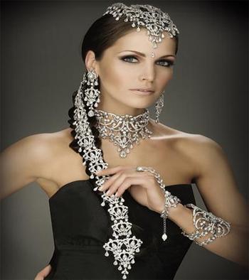 Ювелирные украшения белого цвета