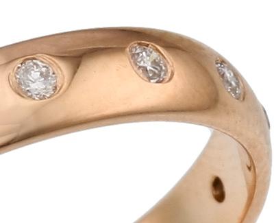 Обручальное кольцо с бриллиантами.