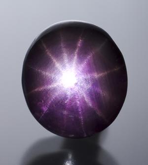 12 - лучевая звезда в пурпурном сапфире