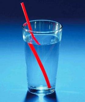 Эффект преломления света в стакане с водой