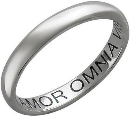 Обручальное кольцо из платины с гравировкой «Amor Omnia vincit»